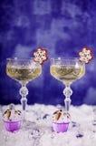 Ta tid på, champagneexponeringsglas, snöflingor, muffin och banknot för EUR 50 Arkivfoton