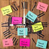 Ta tid på med postade klibbiga anmärkningar över hela det som ett tecken av upptaget schema Arkivfoton