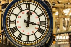 Ta tid på på den Waterloo drevstationen, London England UK Royaltyfri Fotografi