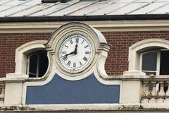 Ta tid på på fasaden av den gamla drevstationen paris france Arkivbild