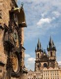 Ta tid på på stadshuset och kyrkan av vår Lady för Týn, Pragu Royaltyfri Foto