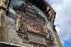 Ta tid på står hög i Paris royaltyfria foton