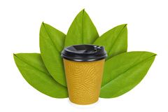 Ta ut kaffe i disponibel thermo kopp på bakgrunden av gröna sidor Isolerat på vit begrepp av det naturliga ursprunget fotografering för bildbyråer