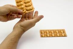 Ta ut preventivpilleren från blåsan Arkivbilder