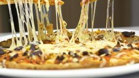 Ta varm pizza med smältt ost stock video