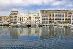 TA ` XBIEX,马耳他- 2018年3月9日:游艇和大厦沿Ta Xbiex, Marsamxett港口海岸线  免版税库存图片