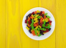 Taai kleurrijk suikergoed op een witte plaat royalty-vrije stock afbeeldingen