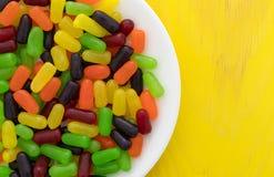 Taai kleurrijk suikergoed op een witte plaat stock foto