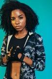 Taaie jonge vrouw in sportkleding royalty-vrije stock foto