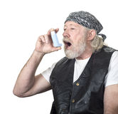Taaie oude kerel die een inhaleertoestel met behulp van Royalty-vrije Stock Fotografie