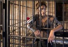 Taaie Vrouw in Gevangenis Stock Afbeelding