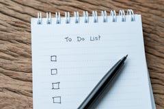 Taakcontroleteken, die Lijstcheckbox te doen met pen op witte pa wordt geschreven stock afbeelding