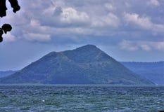 Taal vulkan och sjö royaltyfri bild