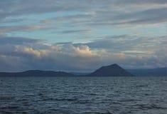 Taal vulkan och sjö på solnedgången royaltyfri bild