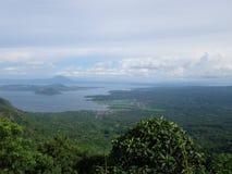 Taal vulkan, sjö och stad fotografering för bildbyråer