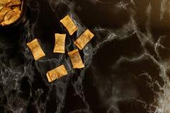 Tabac à priser suédois de snus de partie dans des mensonges anglais sur la surface de marbre noire photographie stock