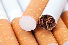 Tabac dans haut étroit de cigarettes photographie stock