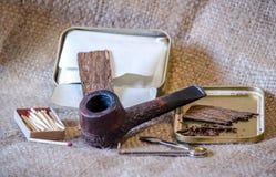 Tabacco del fiocco e un tubo rustico Fotografie Stock Libere da Diritti