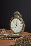 Tabacco ed il vecchio orologio. Fotografia Stock