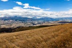 Tabacundo和卡扬贝火山谷的全景  免版税库存图片