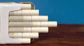 Tabaczni papierosy pakują na biurku stół Fotografia Royalty Free