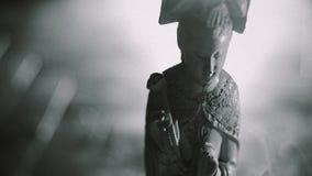 Tabagisme asiatique de statuette et de bâton d'encens banque de vidéos
