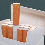 Tabagisme et dépendance de sujet de cigarettes photo libre de droits