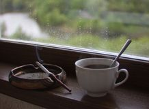 Tabagismo e della tazza di caffè fotografia stock libera da diritti