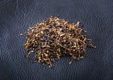 Tabak auf ledernem Hintergrund Lizenzfreies Stockbild