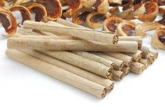 Tabak met de droge broodjes van het banaanblad Stock Foto's