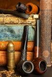 Tabak und alte Bücher Ablesen eines Kriminalromans Lizenzfreie Stockbilder