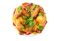 Tabaka fritto arrostito del pollo arrosto con basilico su un piatto isolato su fondo bianco Fotografia Stock Libera da Diritti