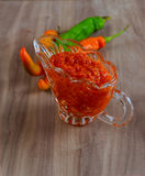 Tabasco adjika w szklanej sos łodzi, gorący pieprz, czosnek, pietruszka, Obraz Stock