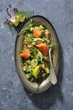 Tabbouleh de la ensalada de la avena mondada con el pepino, el aguacate y el salmón ahumado frescos Imágenes de archivo libres de regalías