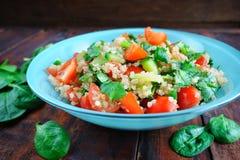 Tabbouleh-Salat auf Holztisch Lizenzfreie Stockfotografie