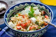 Tabbouleh-Salat in der authentischen Schüssel stockfoto