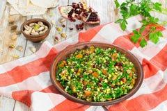 Tabbouleh-Salat mit Granatapfel, Pistazien, Petersilie, peppe lizenzfreies stockfoto