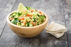 Tabbouleh sallad med couscous och grönsaker Royaltyfri Fotografi