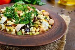 Tabbouleh - varm sallad av couscous, kött, stekte grönsaker och persilja royaltyfria foton