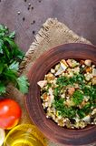 Tabbouleh - varm sallad av couscous, kött, stekte grönsaker och persilja arkivfoton