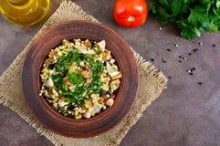 Tabbouleh - varm sallad av couscous, kött, stekte grönsaker och persilja royaltyfri foto