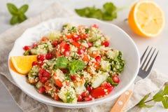 Tabboulehsalade met tomaat, komkommer, kouskous, munt en pomegr royalty-vrije stock foto