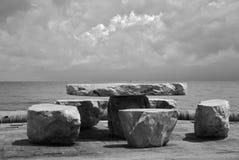 Tabel en pierre sur la plage Images stock