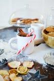 Tabela acolhedor e apetitosa com um copo da canela e de doces festivos foto de stock