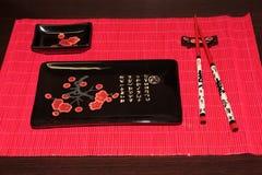 Tabela ajustada na sala de jantar Jogo dos pratos para o sushi fotos de stock royalty free