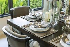 Tabela ajustada na tabela dinning de madeira imagens de stock royalty free