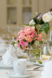 Tabela ajustada para um banquete de casamento Fotografia de Stock Royalty Free
