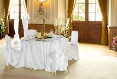 Tabela ajustada para um jantar de casamento Imagens de Stock