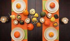 A tabela ajustou-se com as abóboras de outono do Dia das Bruxas no dia da ação de graças Imagens de Stock Royalty Free
