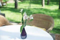 A tabela ajustou-se com flores Foto de Stock Royalty Free